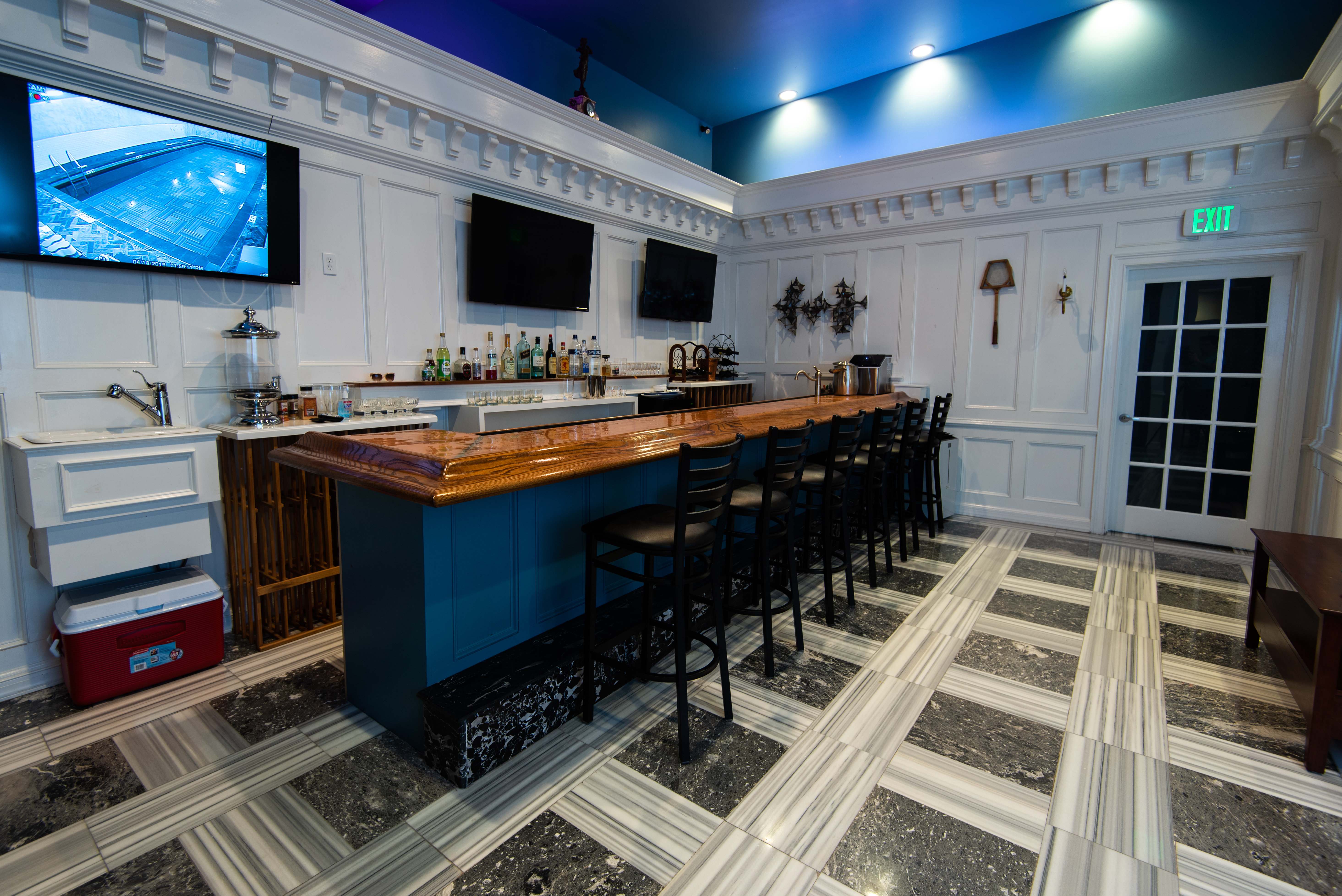 Bar-and-tv